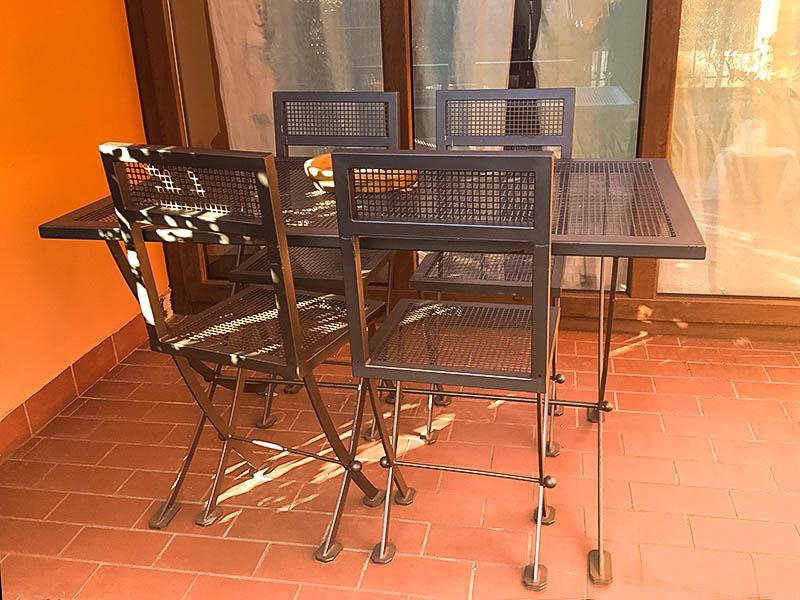 Tavolo e sedie in ferro ideali per esterni e giardini